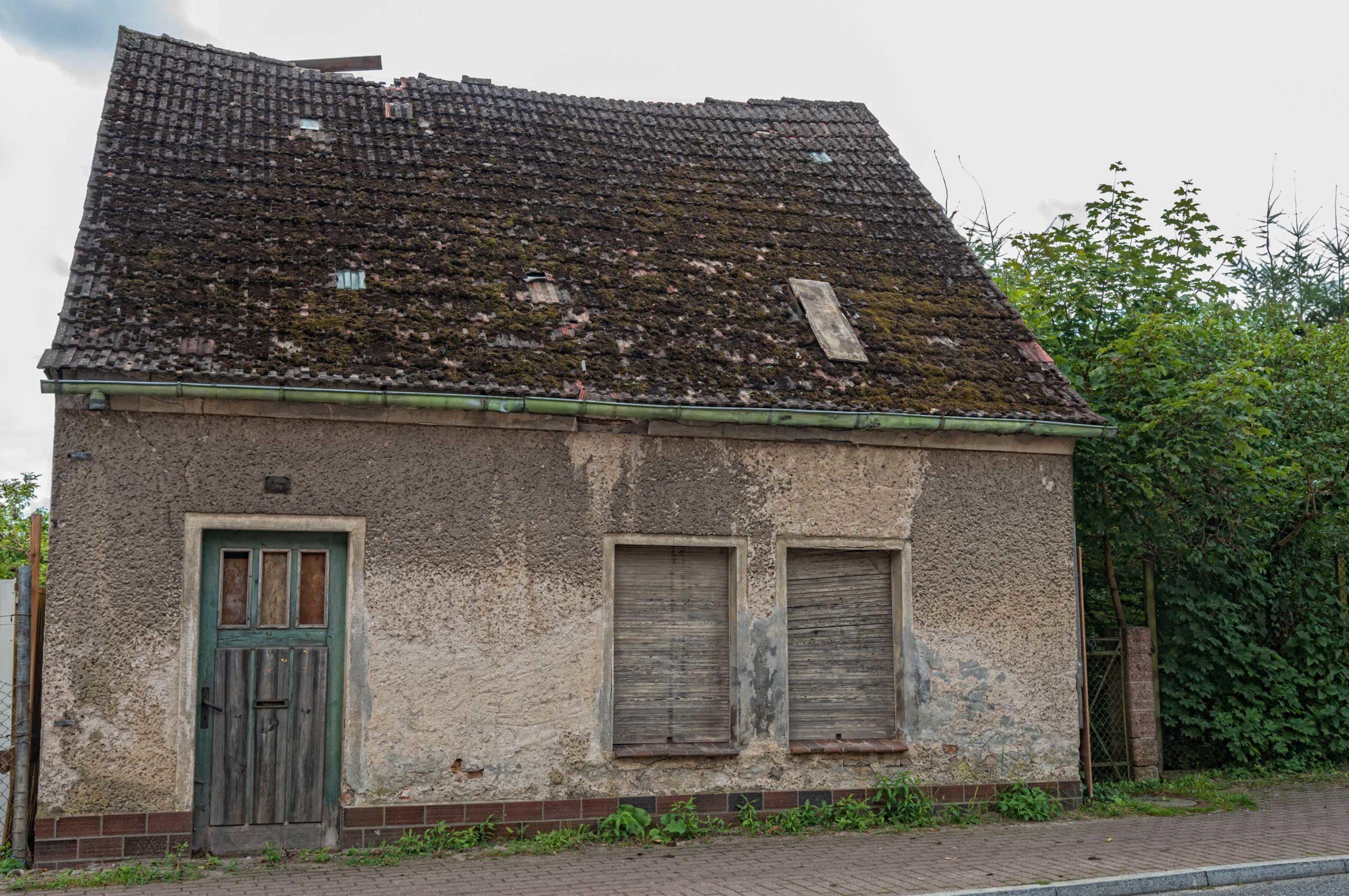 Brachliegendes Haus gegen Neubau ersetzen